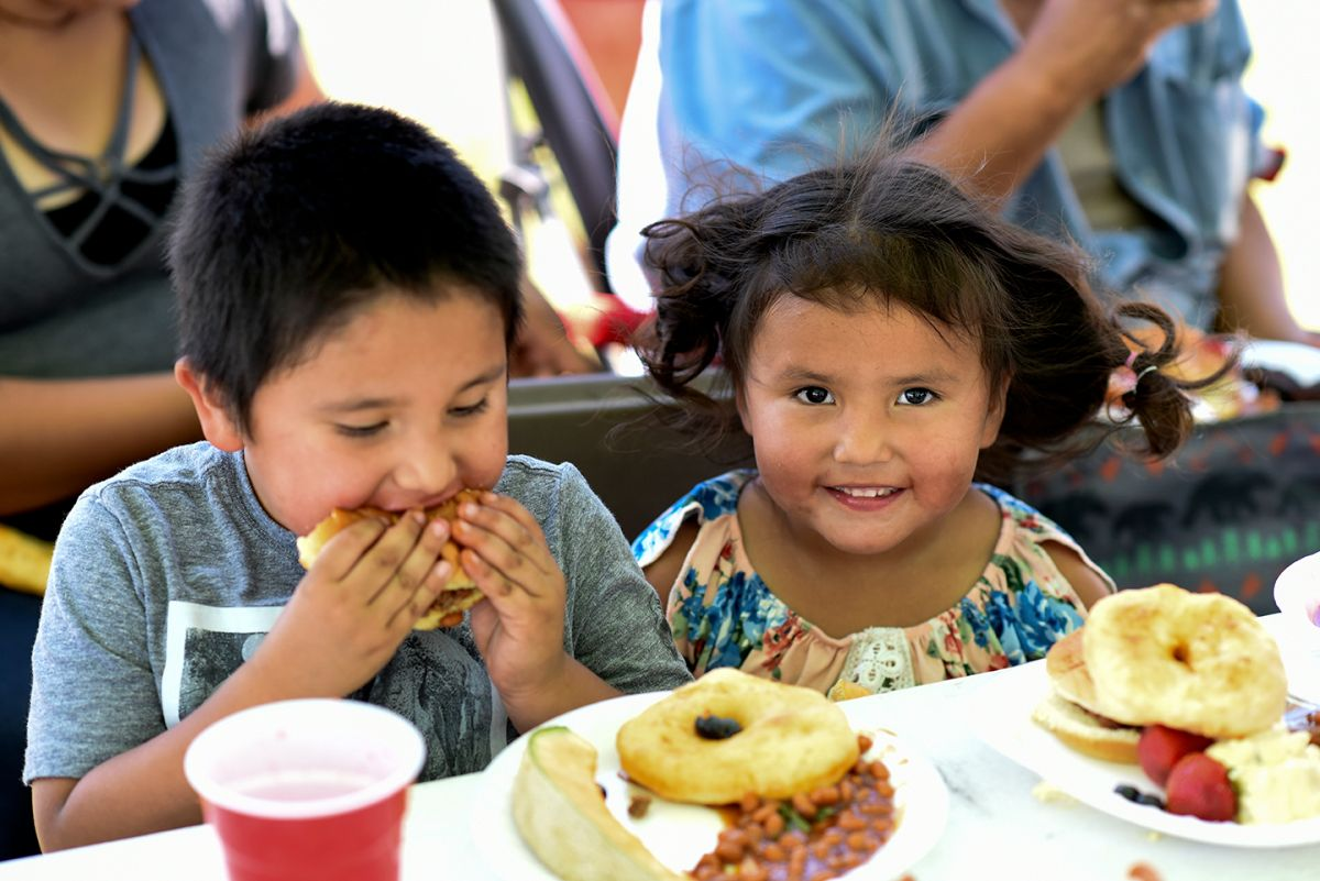 Junge und Mädchen im Jugendzentrum