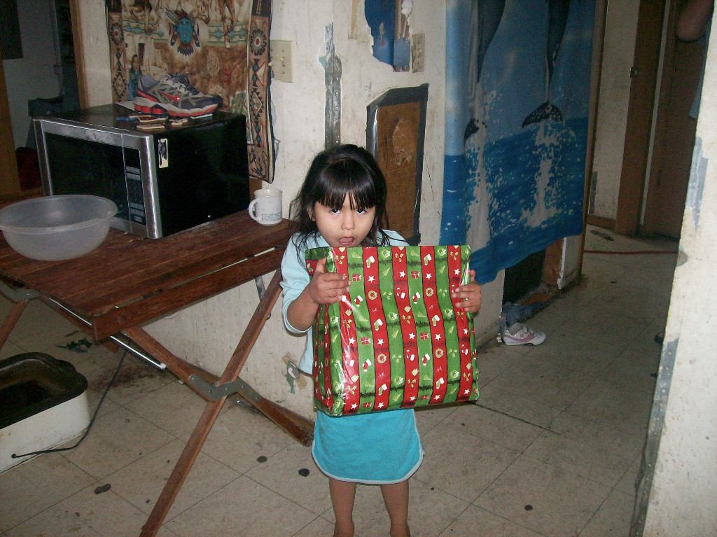 Mädchen mit Geschenk