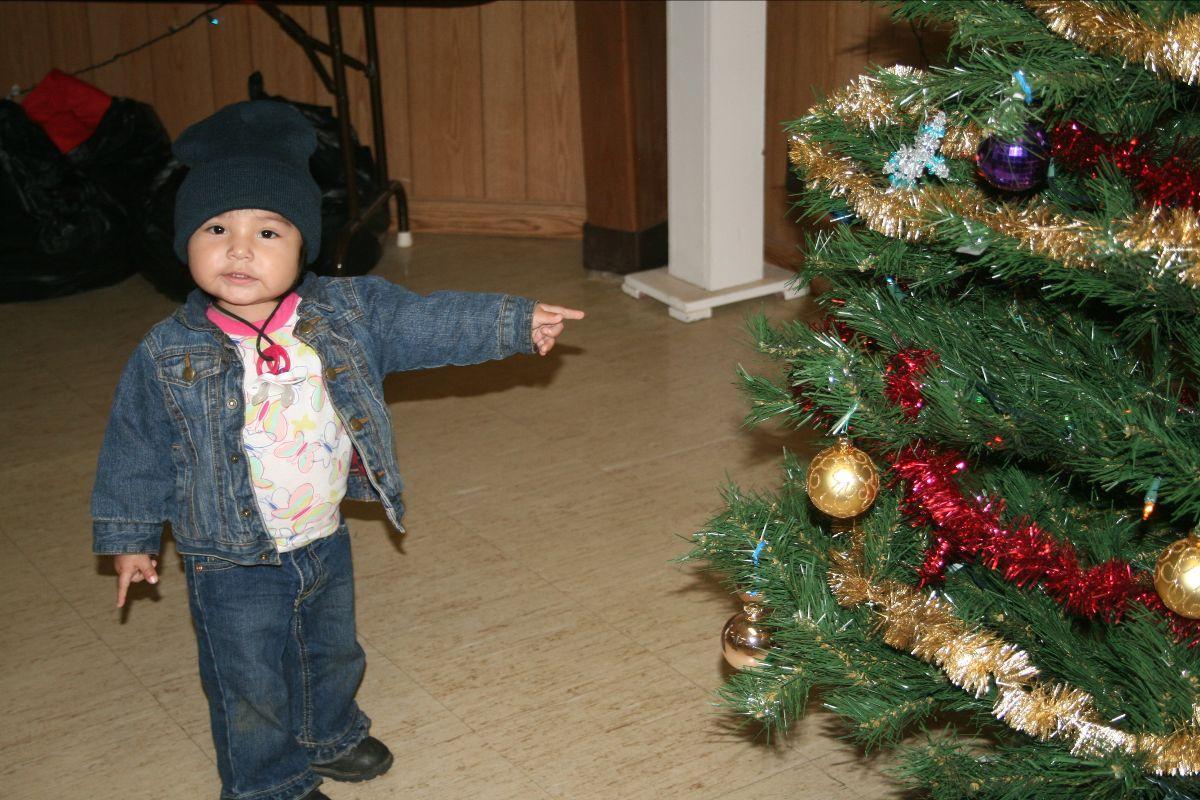 Kind mit Weihnachtsbaum